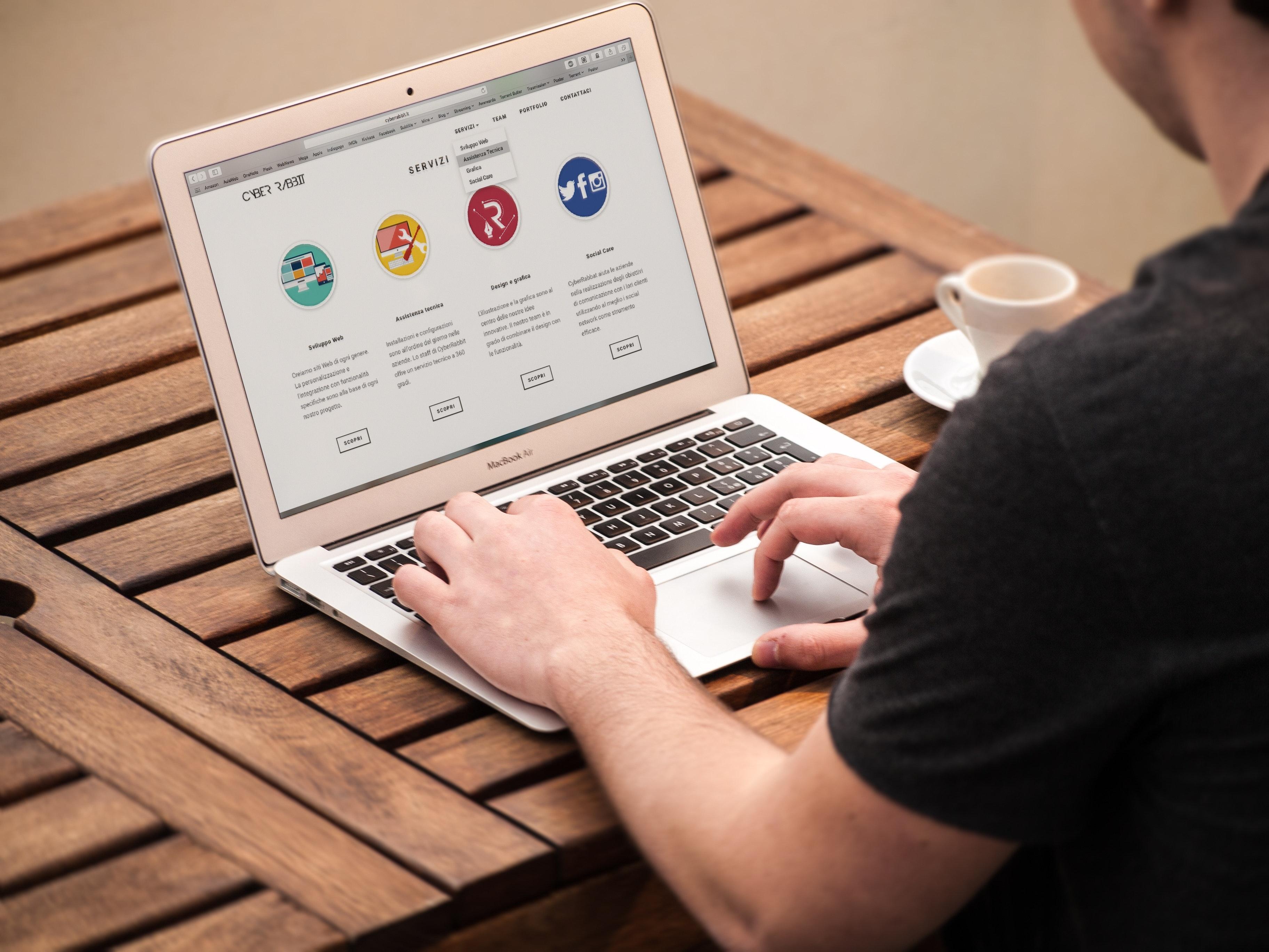 テレワークに使える便利なツールについて解説した記事内のイメージ画像です。